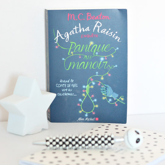 Panique au Manoir – Agatha Raisin : jolie illustration de couverture !